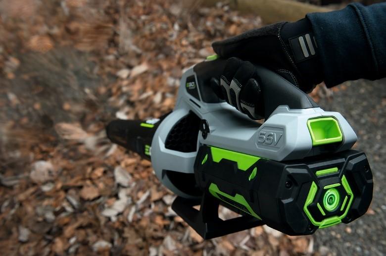 Photo du souffleur LB5800E d'EGO Power+ en train de souffler des feuilles mortes