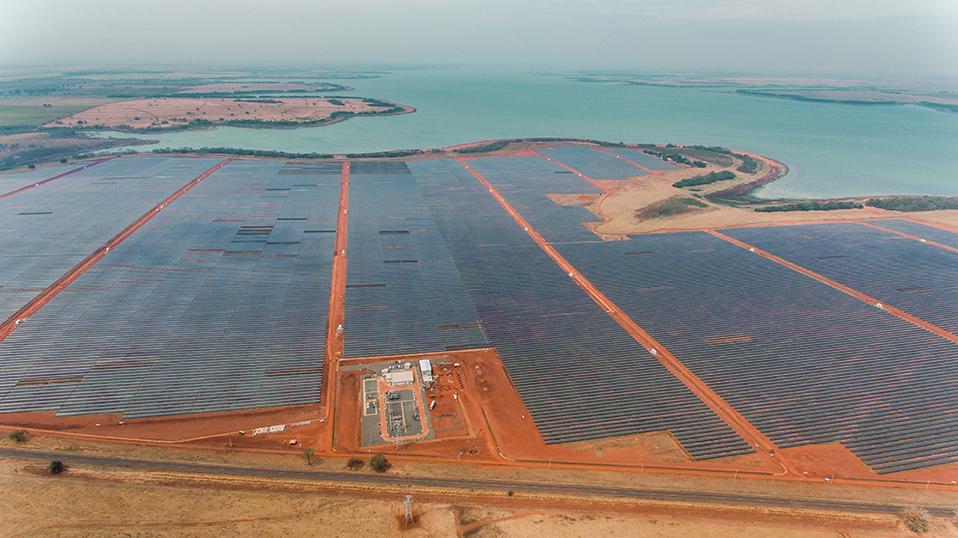 Vue d'avion du La parc solaire de Pereira Barreto au Brésil, composé de près de 600 000 panneaux photovoltaïques, opéré par EDPR